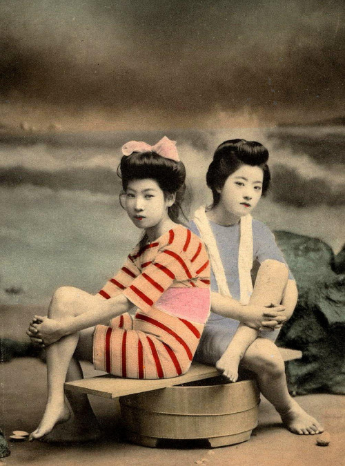 victoriasrustyknickers:  Meiji Era Bathing Beauties on a Tub - Tinted photo published in Japan, most likely in the early 1900s  via Okinawa Soba