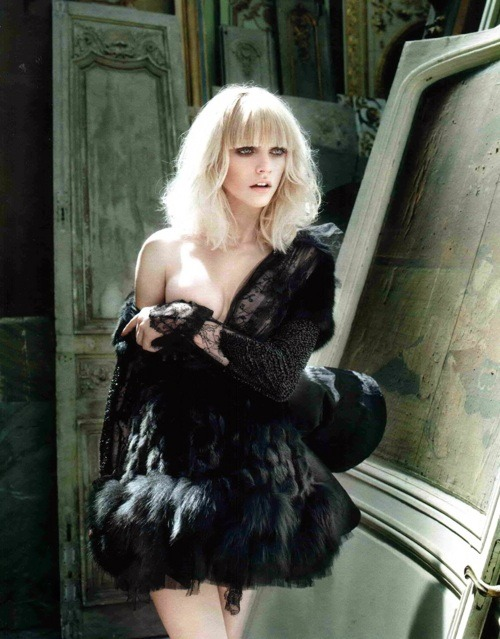 fuckyeahvintagediary:  Valentino Haute Couture F/W 2009. Elle Russia Sept 2009. Photographer: Marcin Tyszka   i want the hair