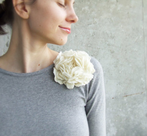 rabbit-hearted-girl:  White flower brooch eco friendly