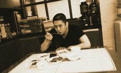 heechul looks manly with a shaved head, isn't he? nicey i think.