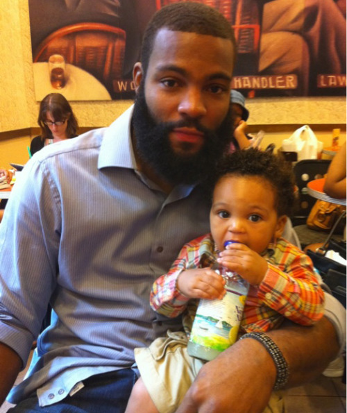 velocicrafter:  liquornspice:  beardedandblack:  Braylon Edwards and his baby. Bearded black men with babies. Bearded brothas bouncing brown babies. Babies being bounced by bearded brown brothas.  O____________________O  holy shit there goes my uterus exploding AGAIN!