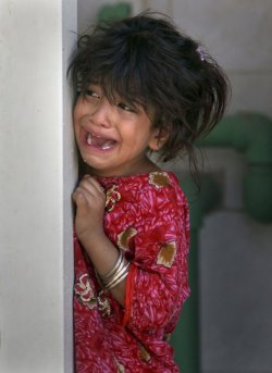 #Iraq - Layla, 5, cries during the funeral of her father Mohammed Sharif who was killed in a bombing in Najaf, Iraq.  (AP : 24-06-2011)
