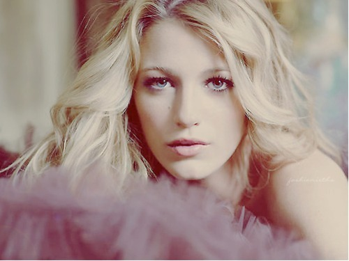 DEAR BLAKE LIVELY,YOU'RE BEAUTIFUL. PLEASE KEEP THOSE LIPS TOGETHER.