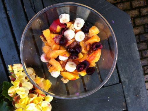 Bird's eye view of my breakfast! Huge fruit salad with a few nuts. Cantaloupe melon (a whole small!), cherries, small banana, peach, some almonds (lowest in histamine) 2 walnut halves, couple of pecans and some sprouted linseed (flax) for omega 3.   You can add a little coconut water if you have some. Who else gets to eat a breakfast like this? nomnomnomnom
