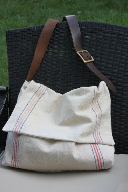 holly-go-brightly:  I want this bag! DIY: http://craftycpa.blogspot.com/2011/07/return-on-creativity-feed-sack.html