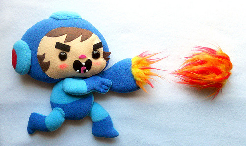 Un toutou adorablement badass de MEGA MAN albotas:  Most Badass Mega Man Plush Ever This was made by Michele Legendre aka misscoffee for a videogame themed art show at Gallery 1988. Lookit his adorable little fireball. I SAID LOOK AT IT GODDAMMIT!!! I'd turn down the chance to preform cunnilingus on Mila Kunis for a complete set of bosses in this style. Okay, maybe that's a bit drastic, but still… Cunnilingus… awesome word.