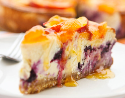 gastrogirl:  peach topped blueberry cheesecake.   YUMMMM! I dont even like blueberry but this pic makes me droooool :p