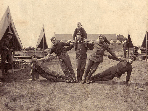 1900 Five U.S. Soldiers (and boy) in a fan formation. (via boobob92)