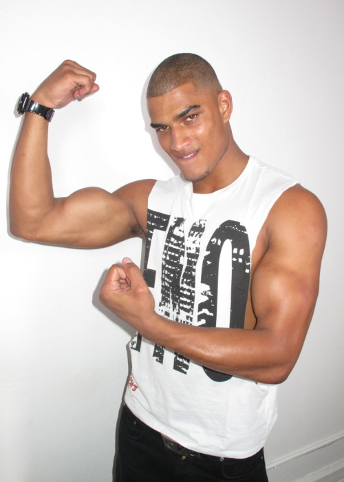 Male model Rob Evans shows the guns! Single ladies take note!