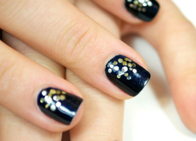 Super cute and easy manicure! Want to do. (via Midnight Metallic Nail Tutorial)