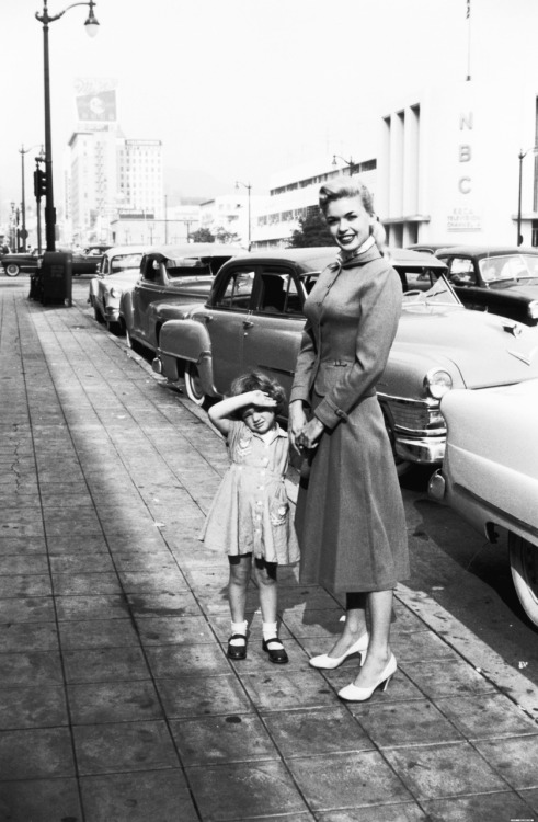 vintagegal:  Jayne Mansfield with daughter Mariska Hargitay (who plays Detective Olivia Benson on Law and Order)  1950's