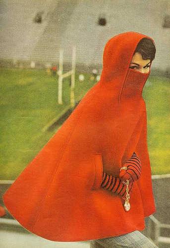 hannahkristina:  Red cape (by sugarpie honeybunch)   DREAM CAPE. this would be the BEST for québec city winters.