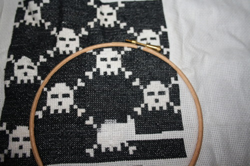 fionabrennan:  This space invader-style skull & crossbone cross stitch will one day be a cushion.  'mazing