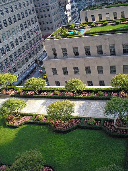 lovelylaurak:  drownedparadise:  Roof gardens of Rockfeller Center, New York City  If I ever live in New York, this is the dream!