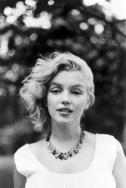 suicideblonde:  Marilyn Monroe photographed by Sam Shaw in 1957