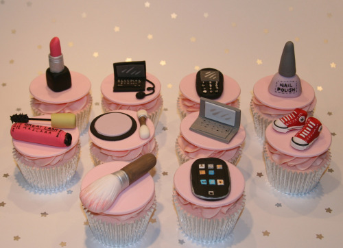 onlycupcakes:  The fondant decorations on these cupcakes made by the Clever Little Cupcake Company are totally awesome!