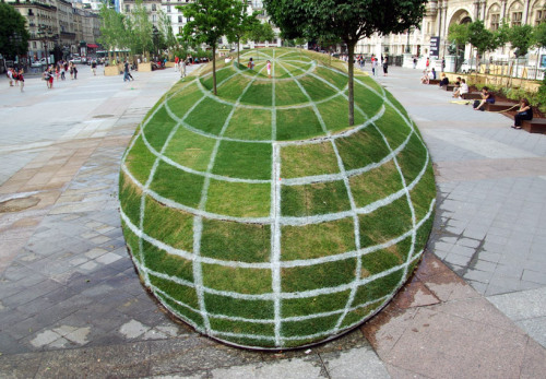 photojojo:  Optical illusion land art! When you stand from just the right spot, the landscape looks like a sphere.  The project took 5 days to put together and spans 100 meters!  Optical Illusion Land Art - Qui Croir by Francois Abelanet via Kateoplis