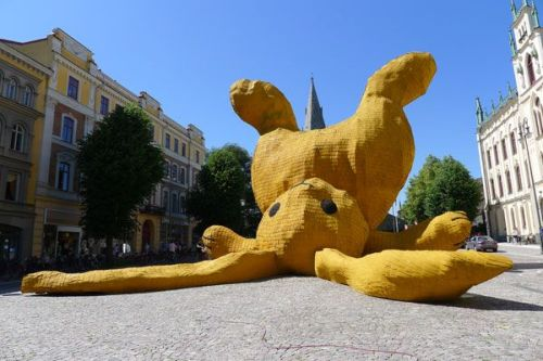 Awesome! allthingsworthsharing:  Giant Bunny! Stor Gul KaninÖrebro (SE) 201113 x 16 x 16 metersConcrete, metal, wood and takspån.The Big Yellow Rabbit is a temporary 13 meter high sculpture. It's a enlarged cuddle toy made out of swedish products thrown against the statue of Engelbrekt.The work can be seen this summer during the OpenArt biennale