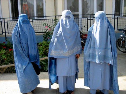 Imagens da disputa de Miss Afeganistão. Eu vou na do meio. FÁCIL!