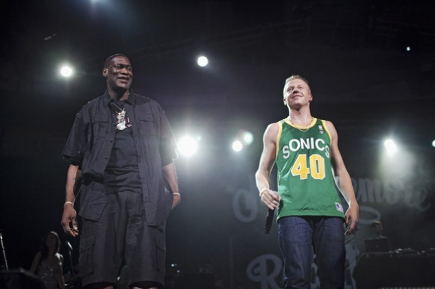 aarikarenaa:  .@Macklemore and Shawn Kemp at his 10,000 people in attendance concert at KEY ARENA!  @Sonicsgate Seattle needed this and from what I heard it was a show to not forget anytime soon. Check out Macklemores entrance to Key Arena below along with his tribute to Dave Niehaus as well.