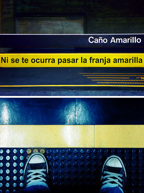 Ni se te ocurra pasar la franja amarilla by luis.martinez on Flickr.#subway rompe las reglas