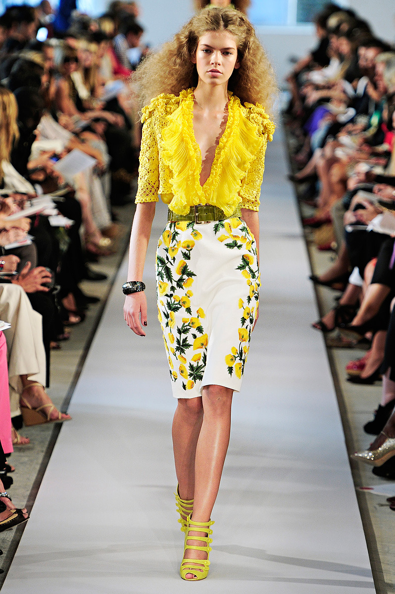 yourmothershouldknow:    Oscar de la Renta Primavera/Verano 2012 Semana de la Moda de Nueva York Impresionantes vestidos hiper-románticos, llenos de olanes, piedras, encaje y flores. Los accesorios y el pelo enorme aquí también son protagonistas. …..  Oscar de la Renta Spring/Summer 2012 New York Fashion Week Impressive hiper-romantic gowns, full of frills, embellishments, lace and flowers. The accessories and the big hair are also very relevant.