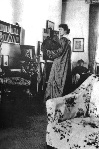therareandthebeautiful:  Vanessa Bell painting Lady Robert Cecil, 1905.
