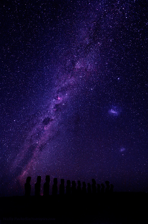 trevorloy: Milky Way above Easter Island This dramatic scene definitely inspired ancient residents of the Easter Island as it amaze us today. Silhouetted against  the southern Milky Way and starry sky of this isolated Pacific Ocean island, are large statues, locally called Moais,  remained from 13th to 15th century. By Wally Pacholka Via cwnl