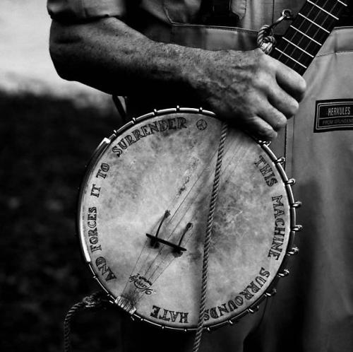 i12bent:  Once a year, at least, we should see and read Pete Seeger's banjo… Photo: Annie Leibovitz