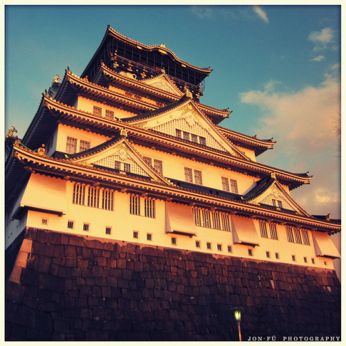 japanlove:  夕日を浴びた大阪城 (Osaka Castle at Sunset) by Jon-Fū, the写真machine on Flickr.