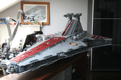 theforce:  VENATOR CLASS STAR DESTROYER COMPLETE !… 43000 parts 82 kg 2,44m long (by iomedes !…)  WOW