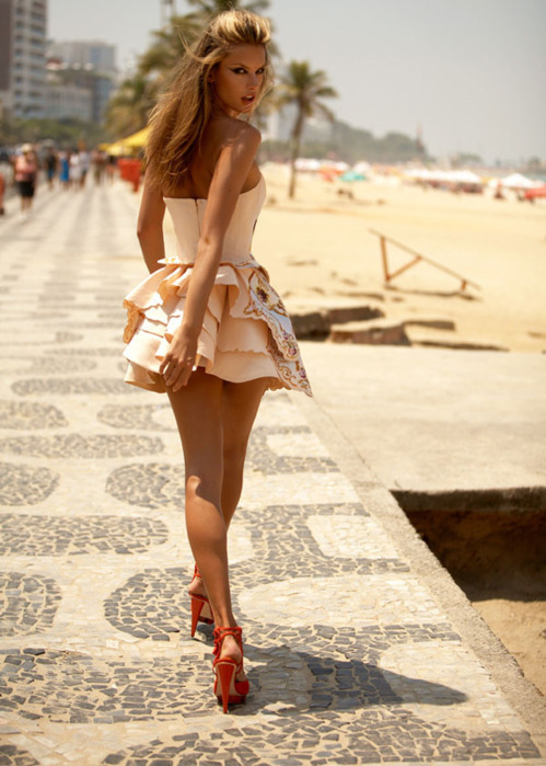Want that dress, those shoes, that hair, those legs, that body! Ugh