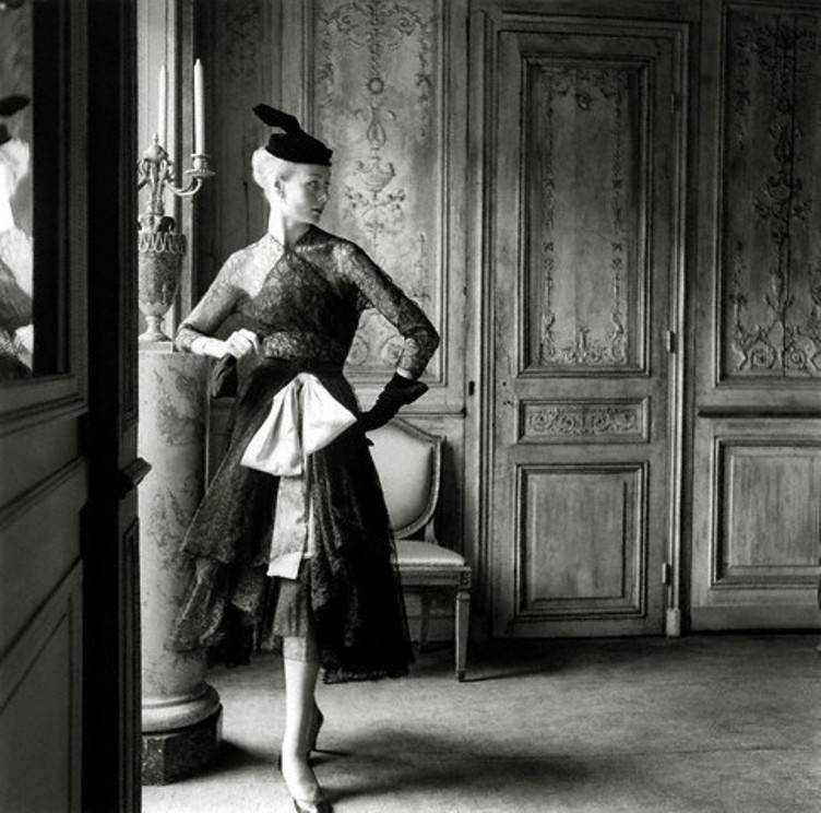 Model wearing Balenciaga (1951).  (via)