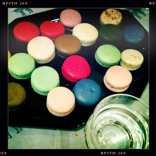 Macaroon #macaroon #newyorkcity #ny #nyc #sweet #color #france #ehw #teg #hipstamatic #igers #instagood #instagramers #instagram #jj_fam #jj #james_favourites #ignation #ig  (Taken with instagram)