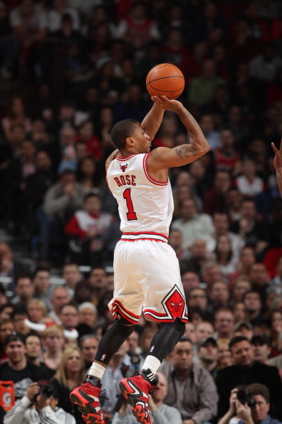 notyouraverageweirdo:  Derrick Rose in Adidas Crazy 8, Kobe's signature shoe way back. :)  i want those .