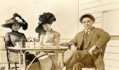 maudelynn:  Tea at a beach cottage, c.1912  Oh those hats!  Love!