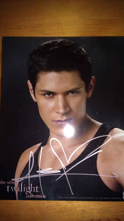 AUCTION FOR @SCHELMY Here's an autographed pic of Alex Meraz. It was donated by IAm_ECHELON Click here to bid