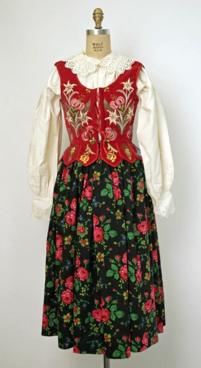 omgthatdress:  Polish ensemble via The Costume Institute of the Metropolitan Museum of Art