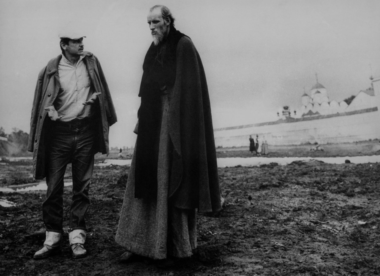 Andrei Tarkovsky and Anatoli Solonitsyn on the set of Andrey Rublyov / Andrei Rublev (1966)