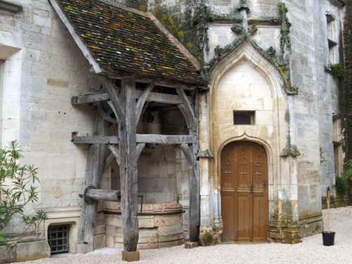 medievallove:  Door & well, Châteauneuf-en-Auxois castle, Burgundy, France. Original by charallais on flickr.