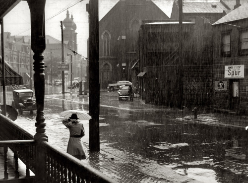 m3zzaluna:  john vachon, rain, pittsburgh, pennsylvania, 1941 thanks to luzfosca, undr