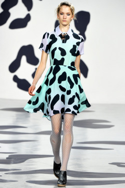 yourmothershouldknow:  House of Holland Primavera/Verano 2012 Semana de la Moda de Londres Vaquitas color pastel en el desfile de House of Holland. Aquí vemos muchas redes, cuellitos, cuadros escoceses, tablones y prendas bicolor. Una colección divertida. …..  House of Holland Spring/Summer 2012 London Fashion Week Pastel colored cute cows at House of Holland show. Here we got a lot of nets, collars, tartan, pleats and bicolored outfits. A fun collection.