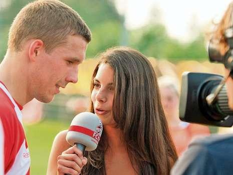 Rene Adler's girlfriend Lilli Hollunder talking to Prinz Poldi