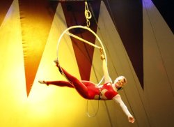 لاعبة الأكروبات، بغداد، العراق Sept. 8, 2011, a female member of Circus performs in #Baghdad, #Iraq via @AP