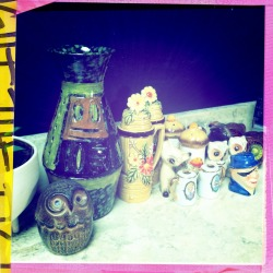 My personal vintage salt & pepper shaker collection… If it were up to my husband (@davidstorres) I wouldn't have one… If it were up to me we wouldn't own that green vase… Marriage is all about compromise…