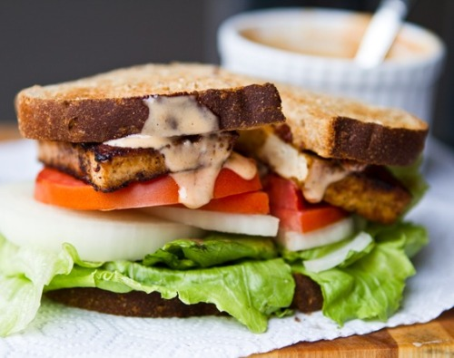 prettybalanced:  Spicy Chipotle Tofu Sandwich    again. one of my FAV recipe sites —->http://kblog.lunchboxbunch.com/2011/09/spicy-chipotle-tofu-sandwich.html