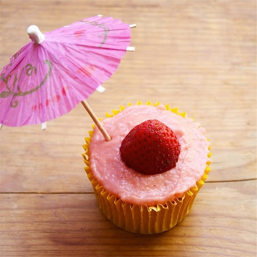 gastrogirl:  strawberry daiquiri cupcake.