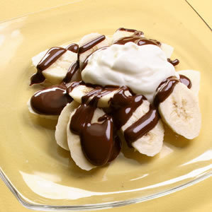 anomolisticbeauty:   A healthy EASY dessert!! 1 banana + 2 tbsp light whipped cream + 2 tbsp sugar free chocolate syrup!!!! (via skinnyandfabulous)  GET INSIDE ME.