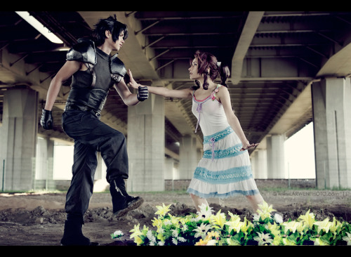 lunevanilla:  Zack and Aerith - Awesome Cosplay :)