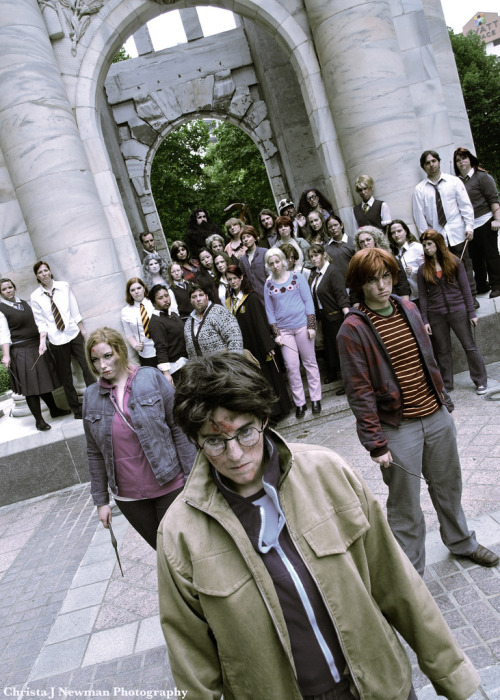 quirkilicious:  celestialcow:  Amazing Harry Potter Final Battle Group Cosplay done at DragonCon  I'm impressed, not even a big HP nerd but that's some good costume/photography.